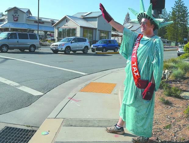 STREET VIEW : Lady Liberty fait du prosélytisme (ou de la pub) sur les trottoirs du Queens Dt_com10