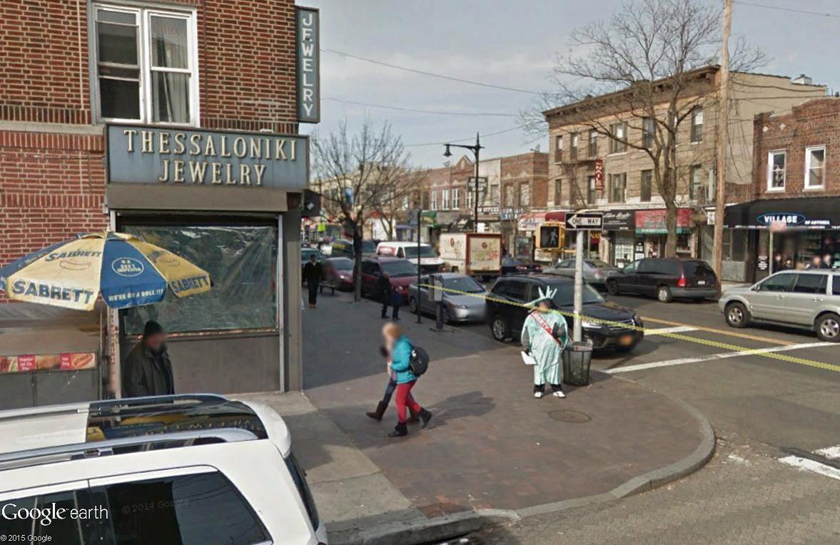 STREET VIEW : Lady Liberty fait du prosélytisme (ou de la pub) sur les trottoirs du Queens Libert10