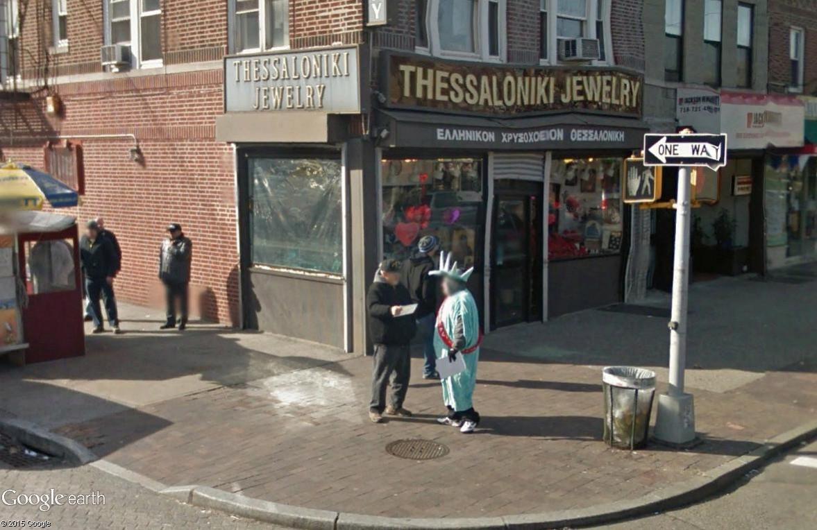 STREET VIEW : Lady Liberty fait du prosélytisme (ou de la pub) sur les trottoirs du Queens Libert11