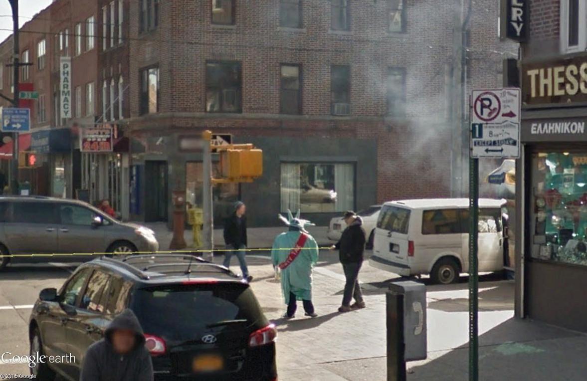 STREET VIEW : Lady Liberty fait du prosélytisme (ou de la pub) sur les trottoirs du Queens Tax10