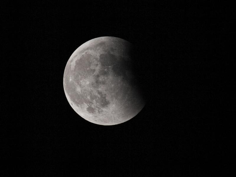 lune éclipsé sous un ciel voilé (ajout d'une photo18/06) Mk155716
