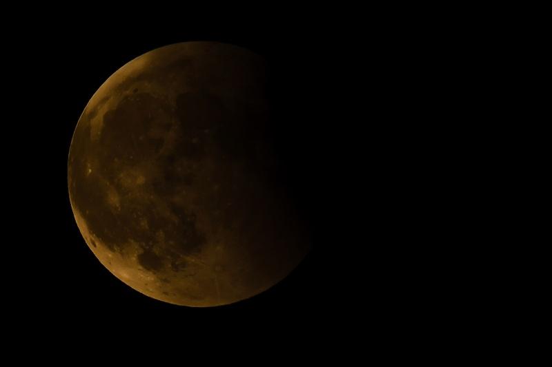 lune éclipsé sous un ciel voilé (ajout d'une photo18/06) Mk155717