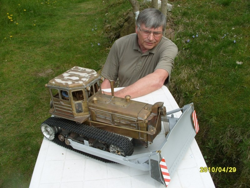 Kettentraktor T180-G  M1:20 gebaut von Klebegold 2k10