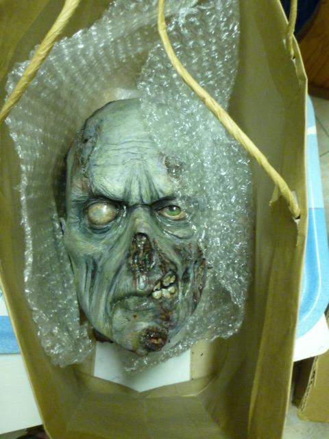 un petit zombie pour la route ??? P1110614