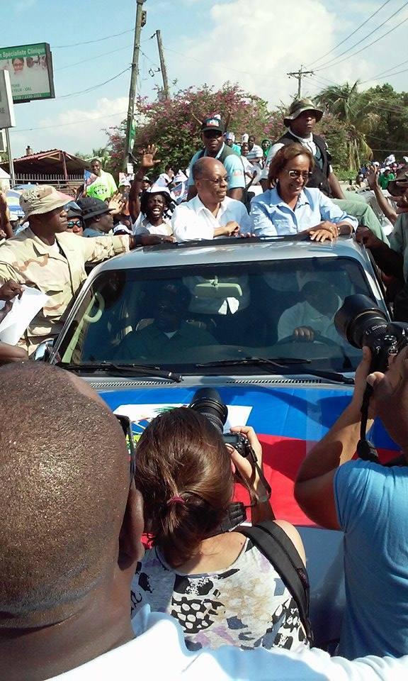 Aristide en campagne avec  Maryse Narcisse dans les rues ... 12032110