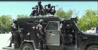 La Police d'Haiti piétine  ,  blesse et tue  12187910