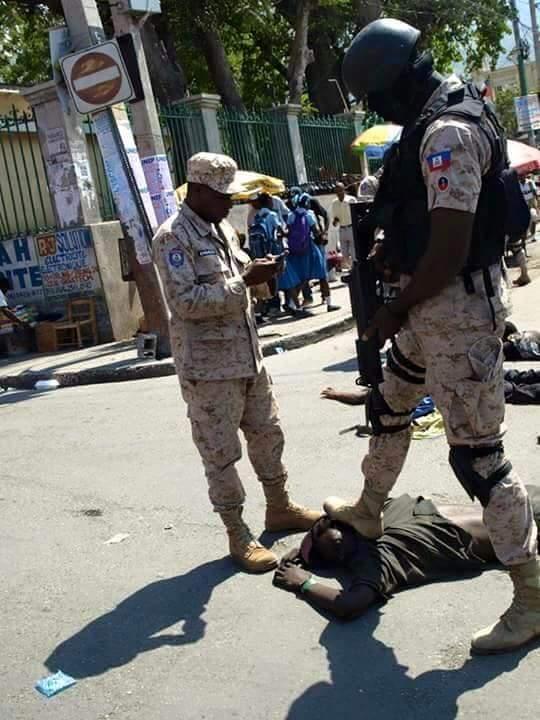 La Police d'Haiti piétine  ,  blesse et tue  12193610
