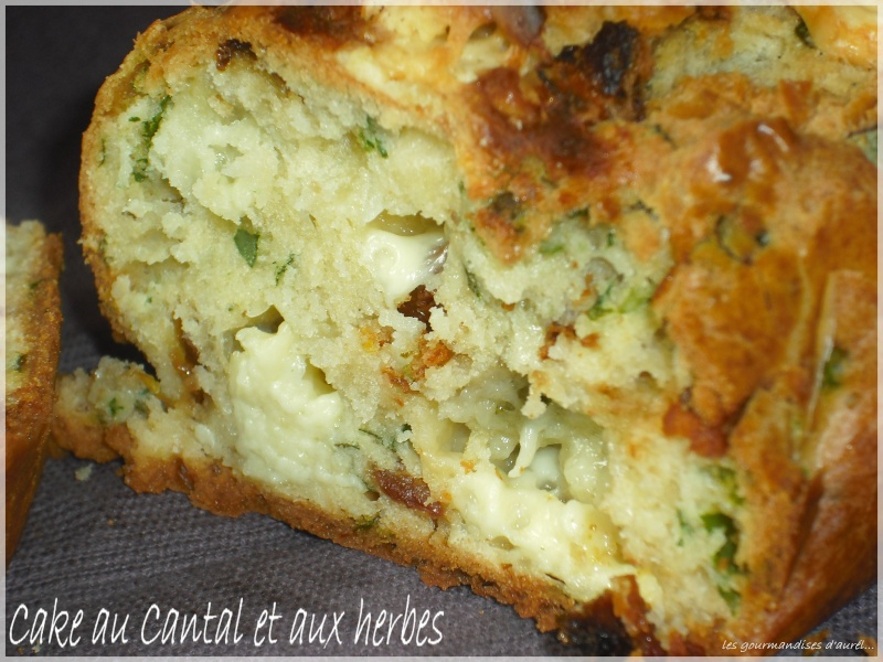 [b]CAKE AU CANTAL ET AUX HERBES FRAICHES[/b] Cake_c10