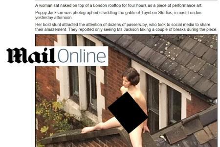 Cette jeune femme se dénude et reste quatre heures sur un toit juste... au nom de l'art Qw10