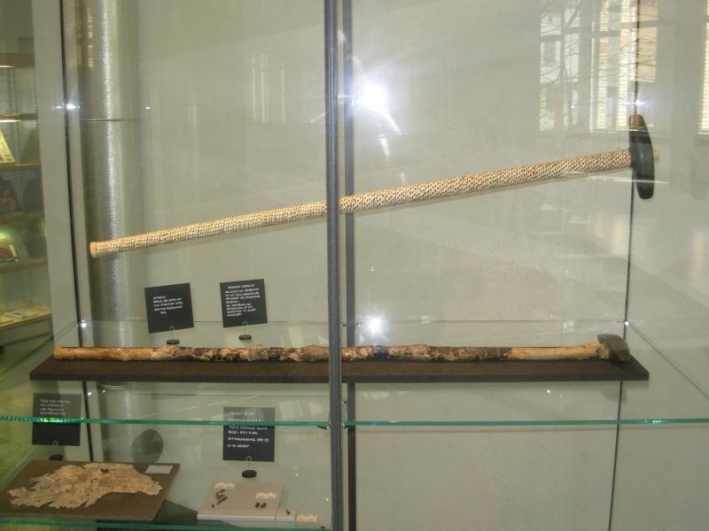 """Manche de """"sceptre""""/hache perforée; décor=écorce de bouleau Dscn5010"""