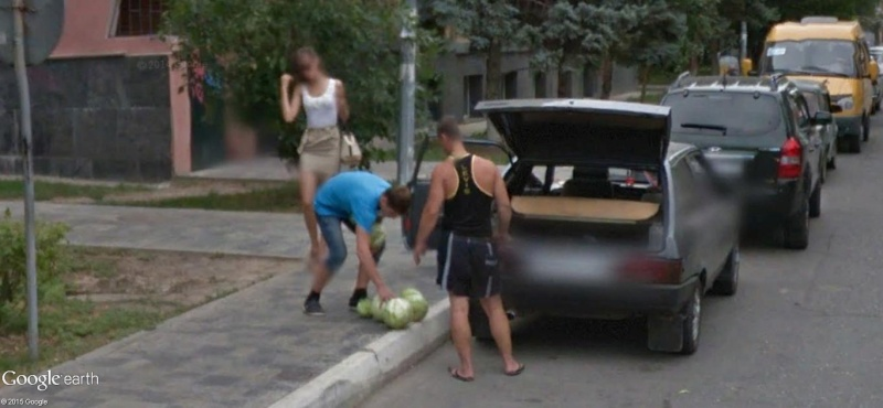 STREET VIEW :La faiblesse de l'homme, c'est la femme. Astrakhan, Russie D12