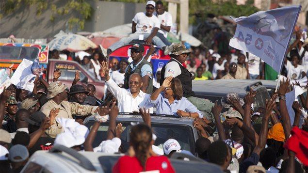 Rare apparition d'Aristide avant la présidentielle en Haïti Maryse10