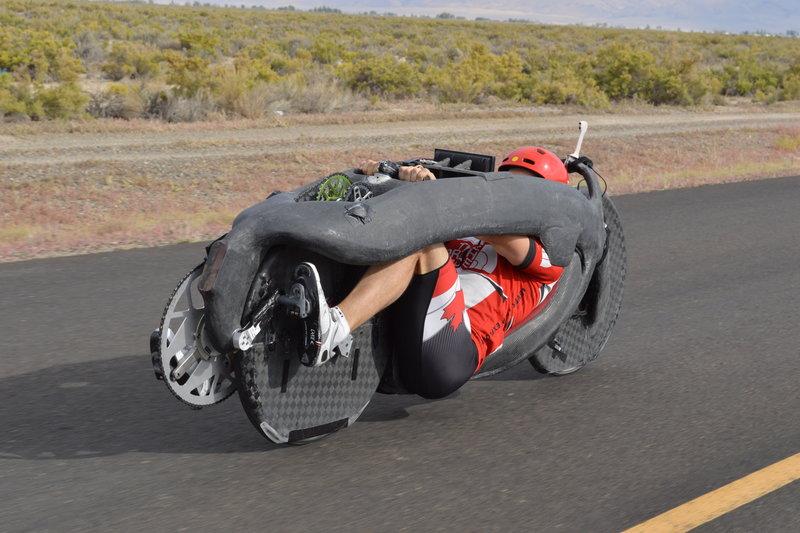"""nouveau record du monde de vitesse sur un """"vélo"""" propulsé par un humain : 139.44km/h  Reveal10"""