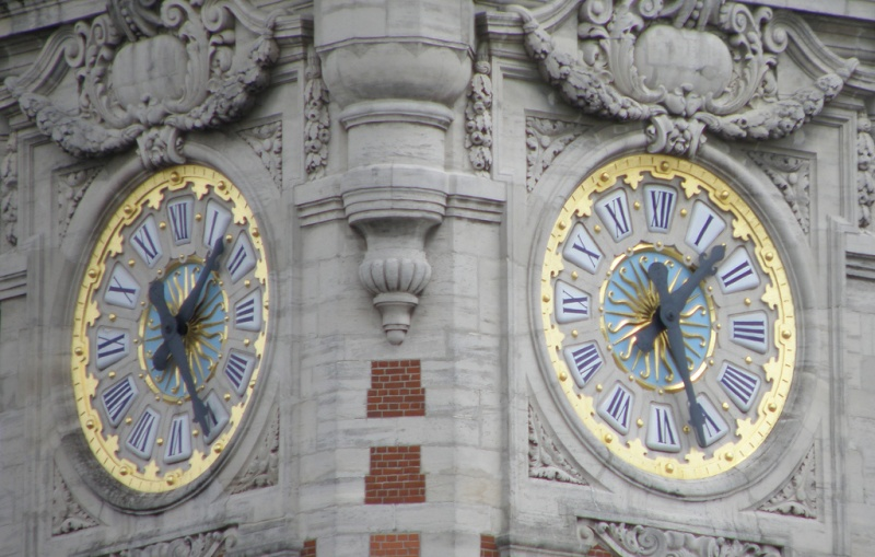 Reçu un beau diapo....Les horloges et pendules des rues..... - Page 3 Horl_b14