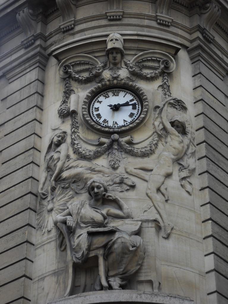 Reçu un beau diapo....Les horloges et pendules des rues..... - Page 4 Horl_b15