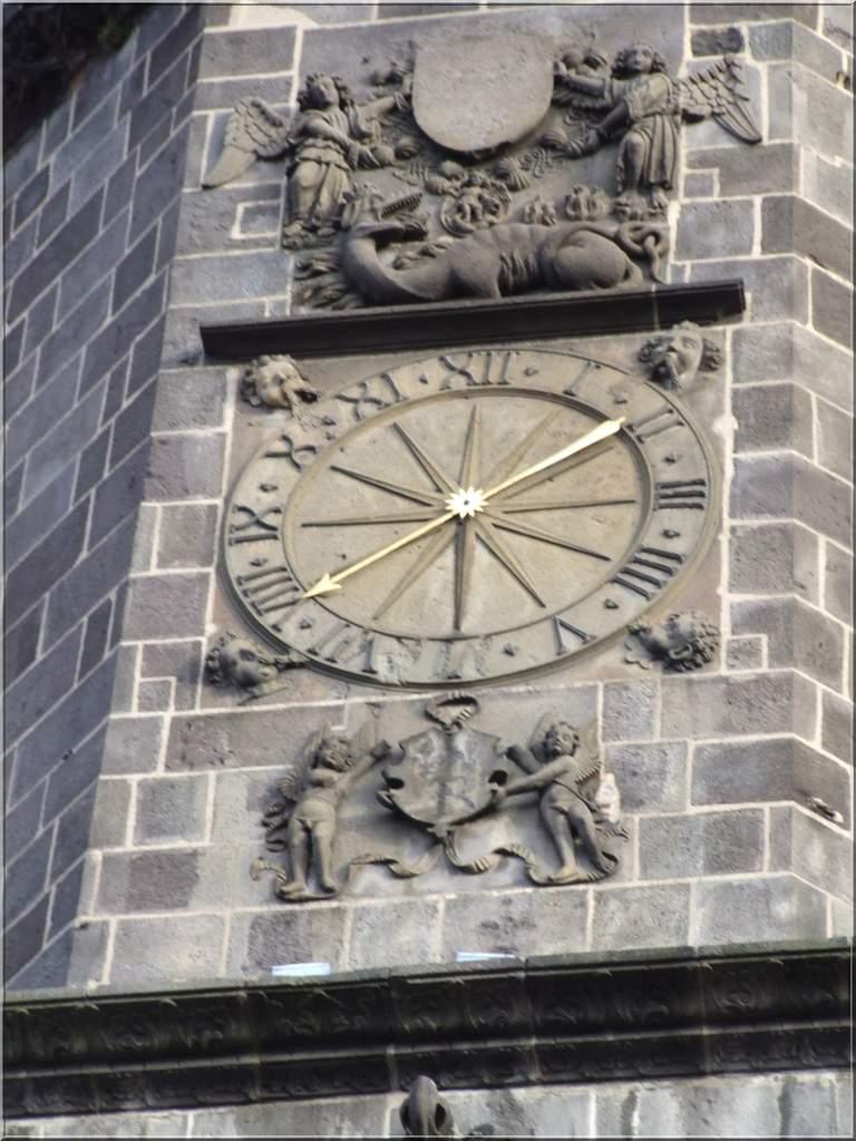 Reçu un beau diapo....Les horloges et pendules des rues..... - Page 2 Horl_t10