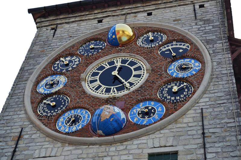 Reçu un beau diapo....Les horloges et pendules des rues..... - Page 3 Horl_t12