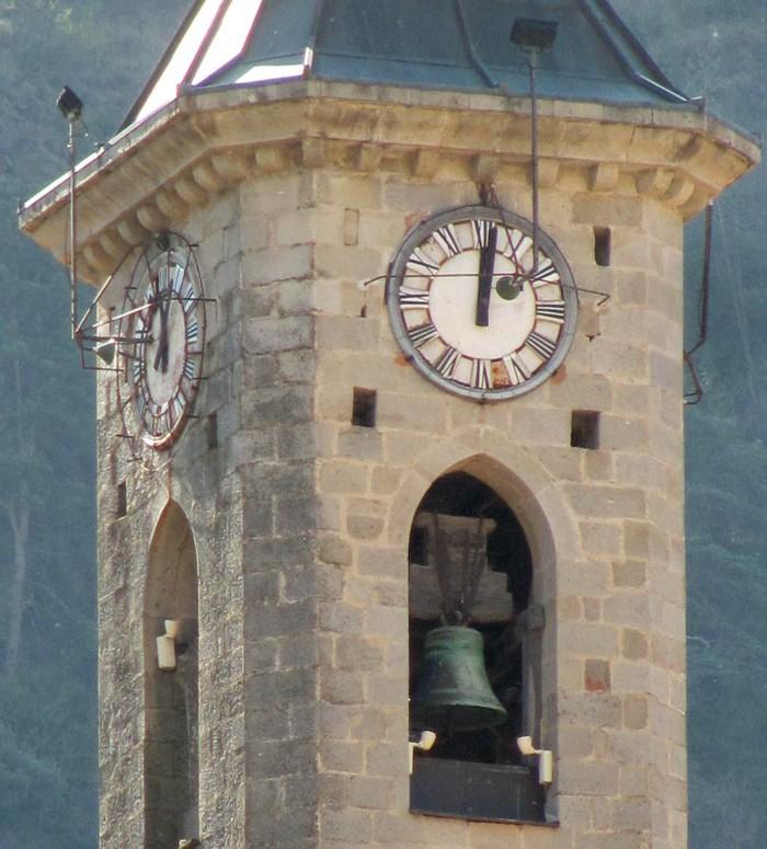 Reçu un beau diapo....Les horloges et pendules des rues..... - Page 3 Eglise10