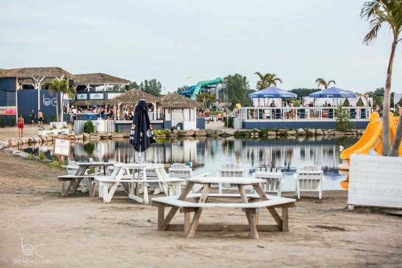 La plage et le Beach Club de Pointe-Calumet Bc410