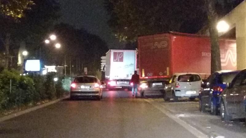 Tapages nocturnes sur la voie publique - Camions de livraison Auchan Img_2018