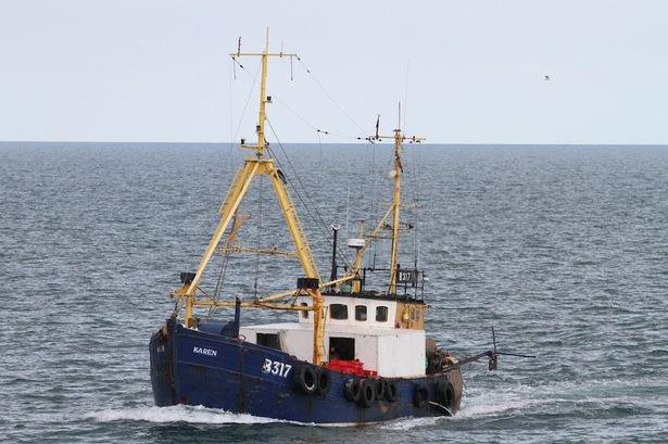 Accrochage en mer entre sous-marin et chalutier ! 32505011