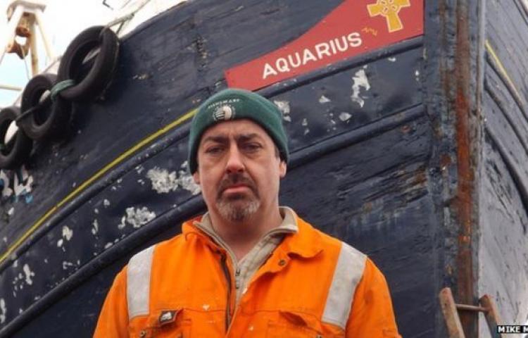 Accrochage en mer entre sous-marin et chalutier ! Bbc_aq10