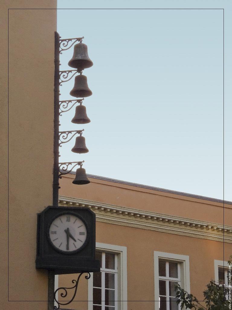Reçu un beau diapo....Les horloges et pendules des rues..... - Page 2 Horlog10