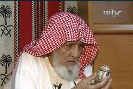 سعودي مسن يكتب القرآن على ست بيضات 1110