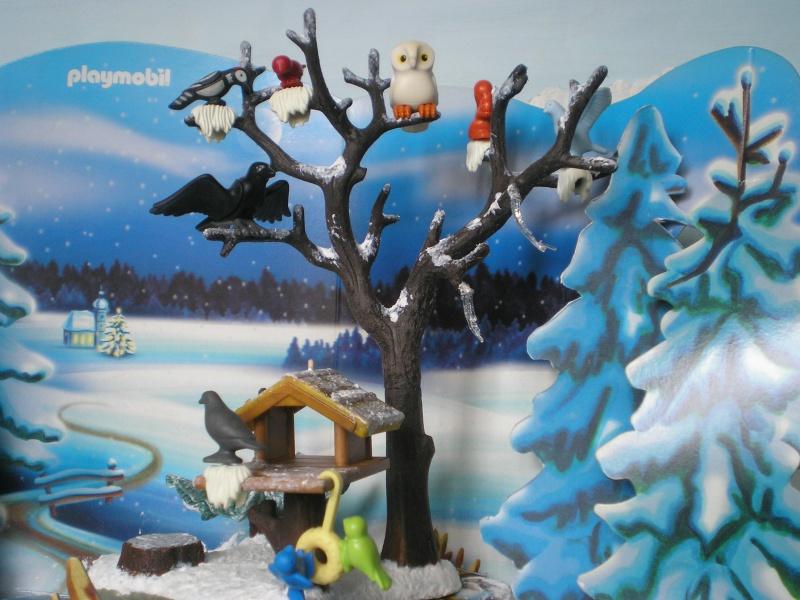 Weihnachtswelt mit PLAYMOBIL-Figuren und -Zubehör 001c3h10
