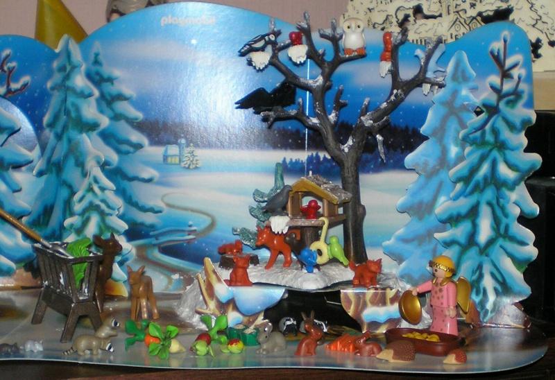 Weihnachtswelt mit PLAYMOBIL-Figuren und -Zubehör 001c3k10