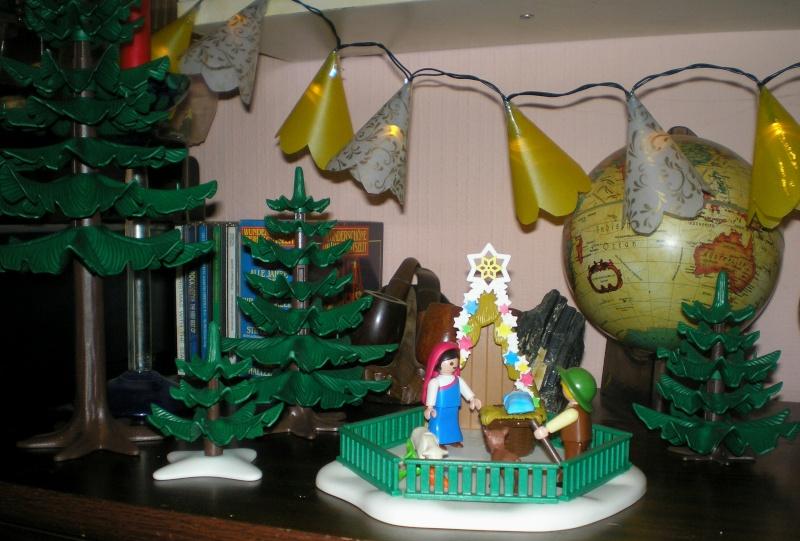 Weihnachtswelt mit PLAYMOBIL-Figuren und -Zubehör 002a_k10