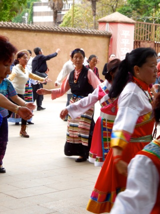 Avril 2015 en Chine (5) : Kunming, les traces de la présence française Danses11