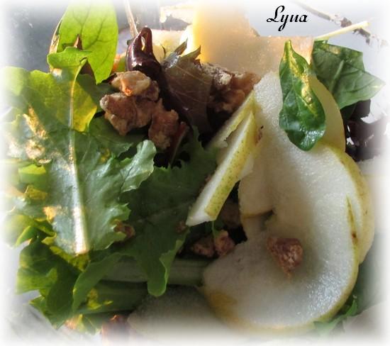 Salade verte avec noix caramélisés, poires et vinaigrette à l'érable Noix310