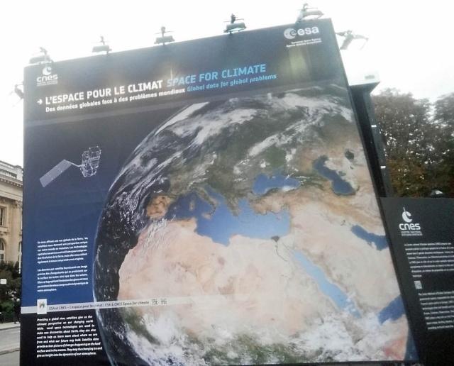 [Exposition] L'espace pour le climat - avec le Cube du Climat de l'ESA et du CNES / Champs-Elysées Paris jusqu'au 27 octobre  20151011