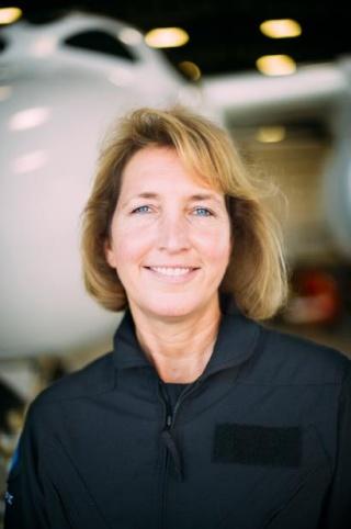 [SpaceShipTwo] La pilote Kelly Latimer rejoint Virgin Galactic Latime12