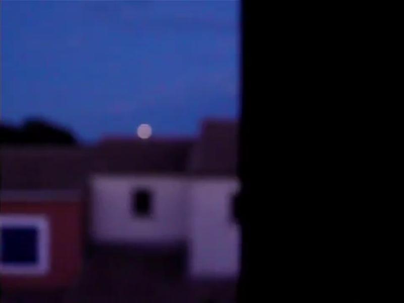 2011: le 25/07 à 21H40 - 21H50 - Lumière en forme de pleine luneLumière étrange dans le ciel  -  Ovnis à Montpellier - Hérault (dép.34) Lune11