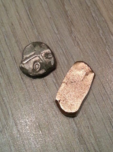 lingot or et drachme à 20 cm de distance  12212010