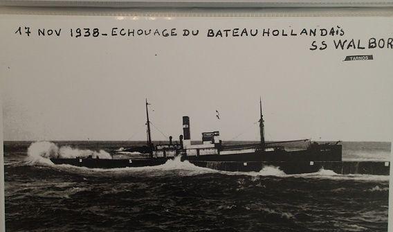 La garnison allemande quite Bayonne après avoir coulé des navires dans le port. Walbor10