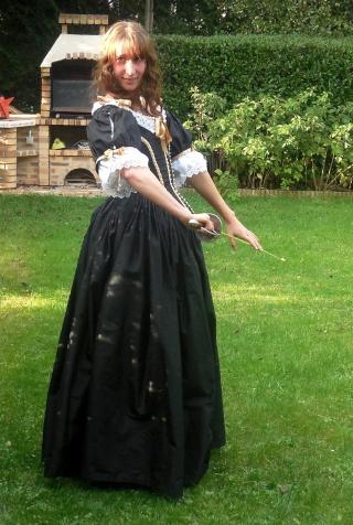 [Histo] Robe 1660 noire et or - Page 3 Dscn4611