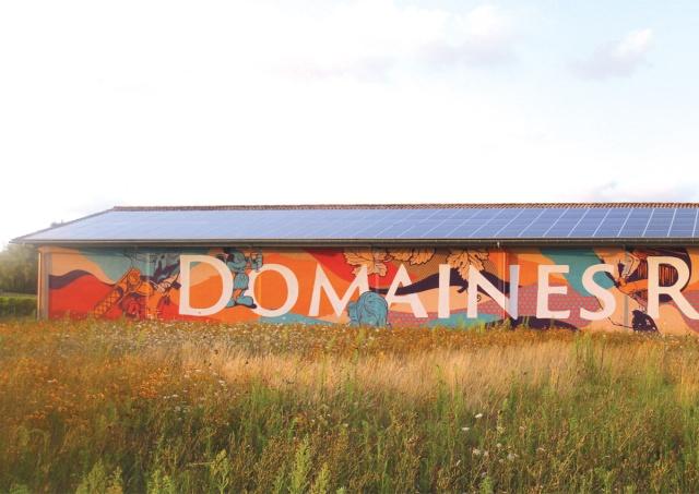 Les chais des domaines Rollan de By graffités par 3 pros Damien10