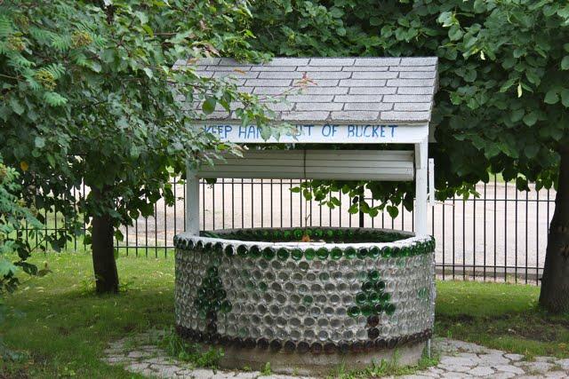 Maison et église construites en bouteilles - Treherne - Manitoba - Canada 55586312