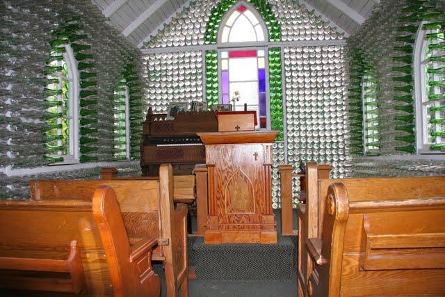 Maison et église construites en bouteilles - Treherne - Manitoba - Canada 55586313