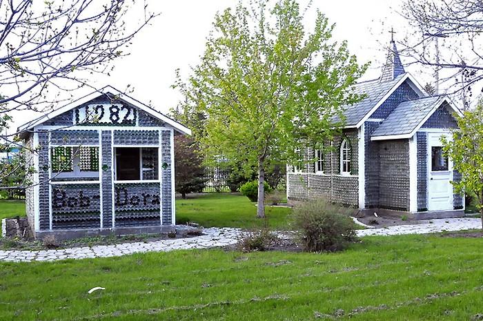 Maison et église construites en bouteilles - Treherne - Manitoba - Canada _dsc3611
