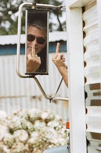 George Clooney shows his middle finger - REALLY Ee511