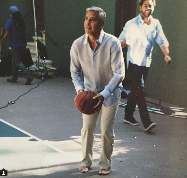 George Clooney playing basketball barefoot - old pic Gg11