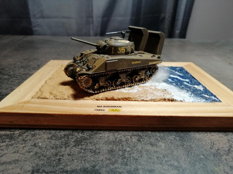 Sherman M4 Heller 1/72 FINI!!!!! avec son socle - Page 2 3528