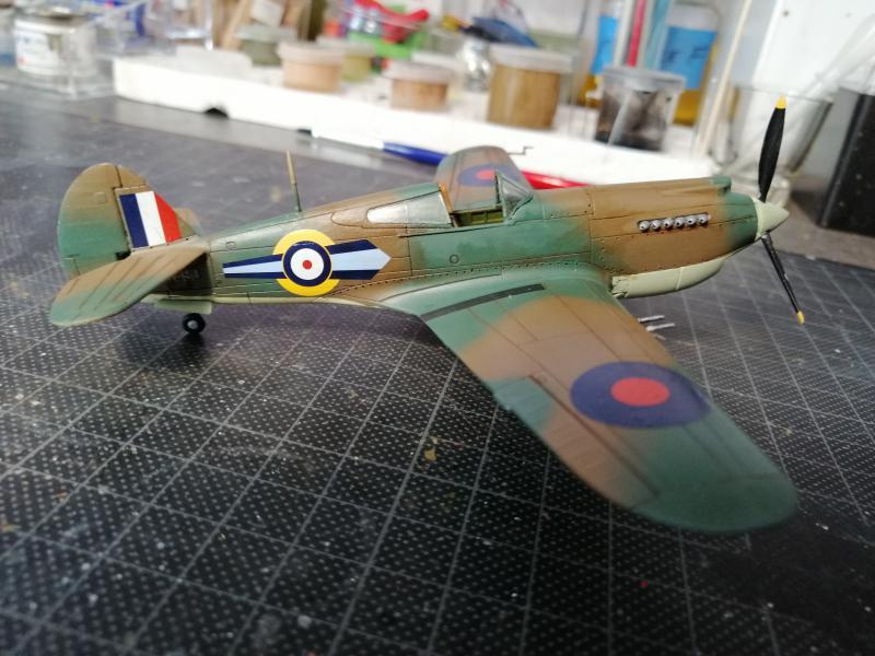 Curtiss Tomahawk Mk.IIB 1/72 de chez Airfix Avec son socle FINI!!!!!!! 5314