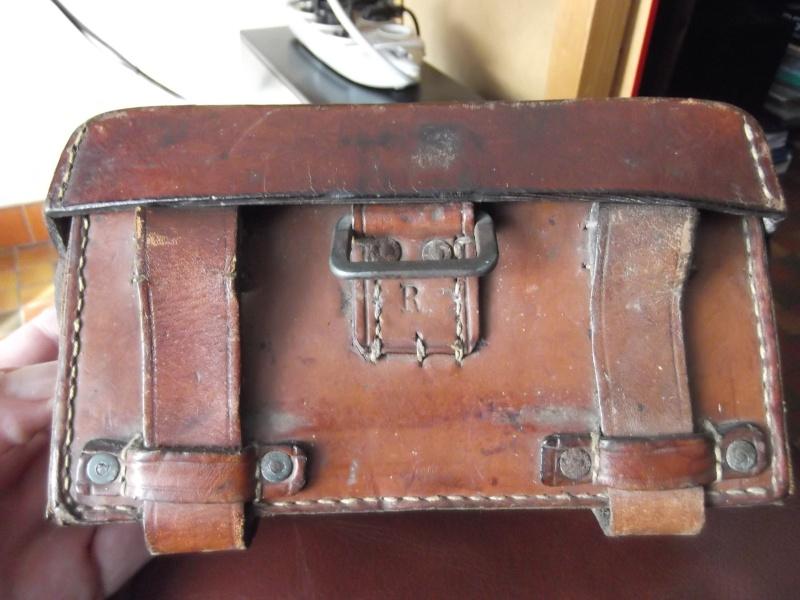 identifier une cartouchière en cuir fauve. Dscf3714