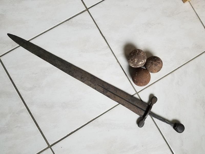Epée médiévale, cabasset et boulets de canon 20200221