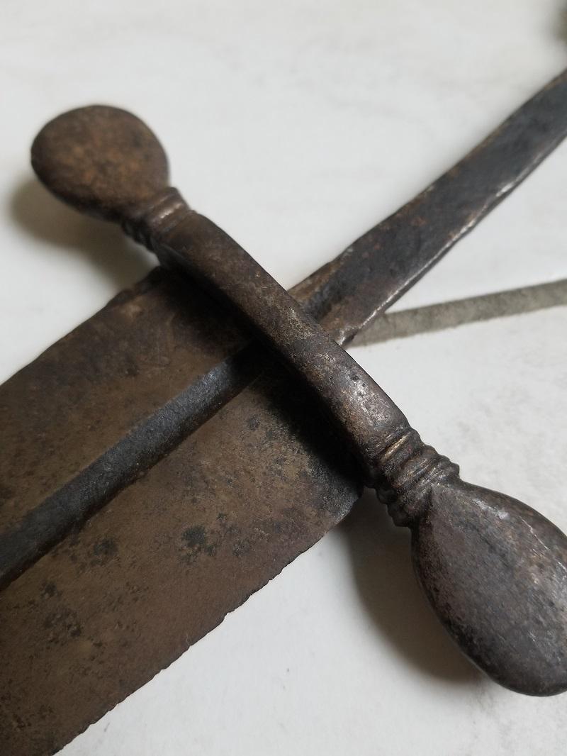 Epée médiévale, cabasset et boulets de canon 20200223
